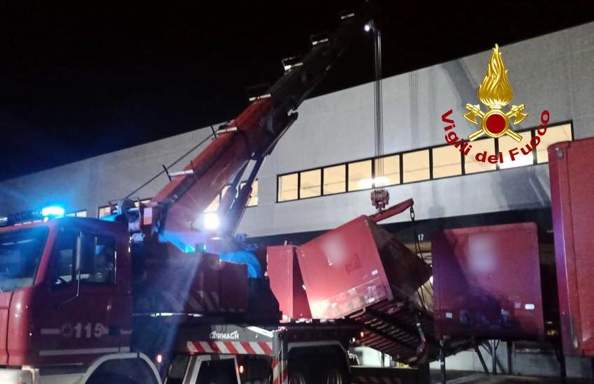 Padova, sfiorata la tragedia per cedimento container: operaio ferito e soccorso dai pompieri