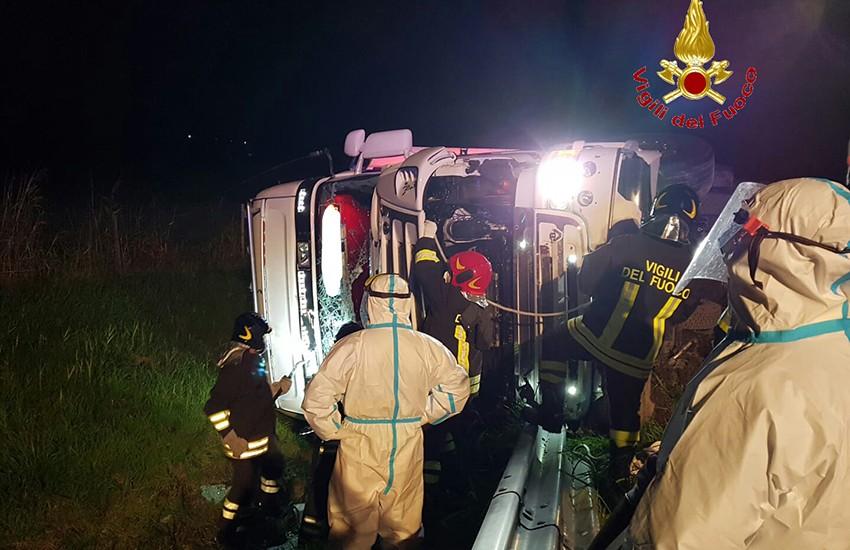 Incidente in autostrada: un autotreno si ribalta sull'A1 e i vigili del fuoco liberano l'autista