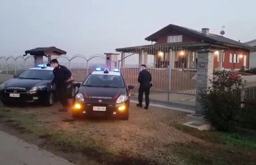 Tragedia a Carignano: stermina la famiglia a colpi di pistola, poi si suicida