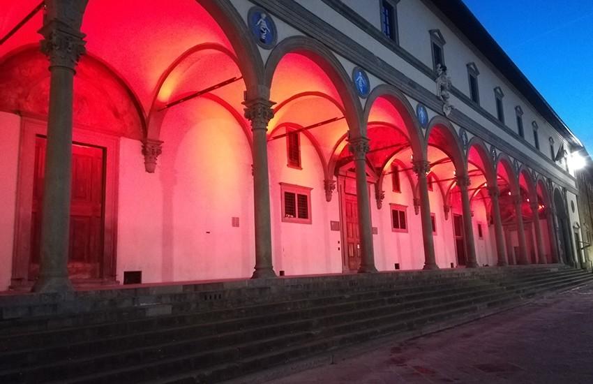 Illuminate di rosso 6 porte storiche di Firenze e il Loggiato degli Innocenti