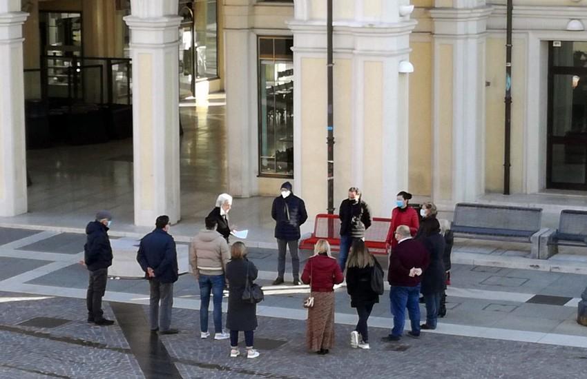 25 novembre 2020: installata panchina rossa in piazza Dall'Armi