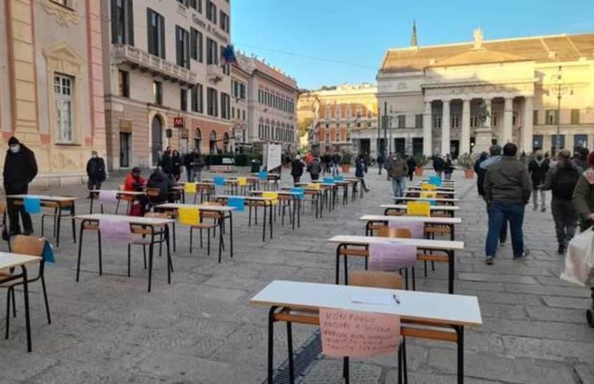 Genova, banchi e sedie vuote in piazza De Ferrari contro la Dad