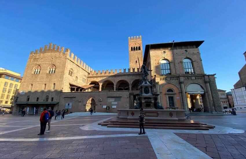 Bologna: Palazzo Re Enzo s'illumina di lilla