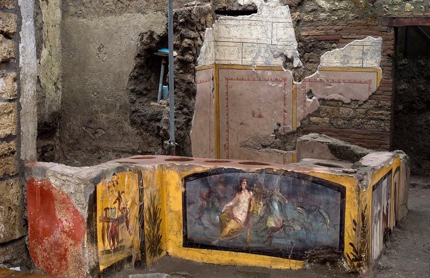 Pompei, straordinaria scoperta archeologica: un Thermopolium intatto
