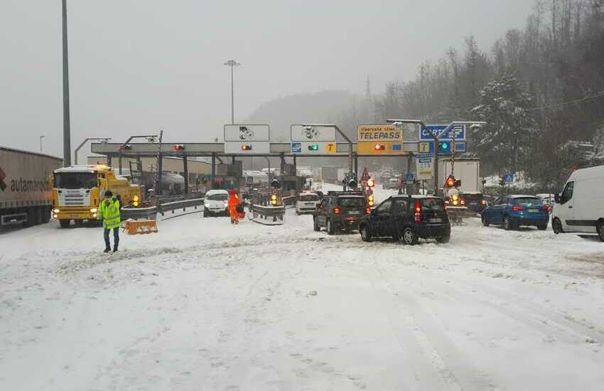 "Aspi, caos e neve autostrade: ""Rimborsi ai viaggiatori intrappolati"""