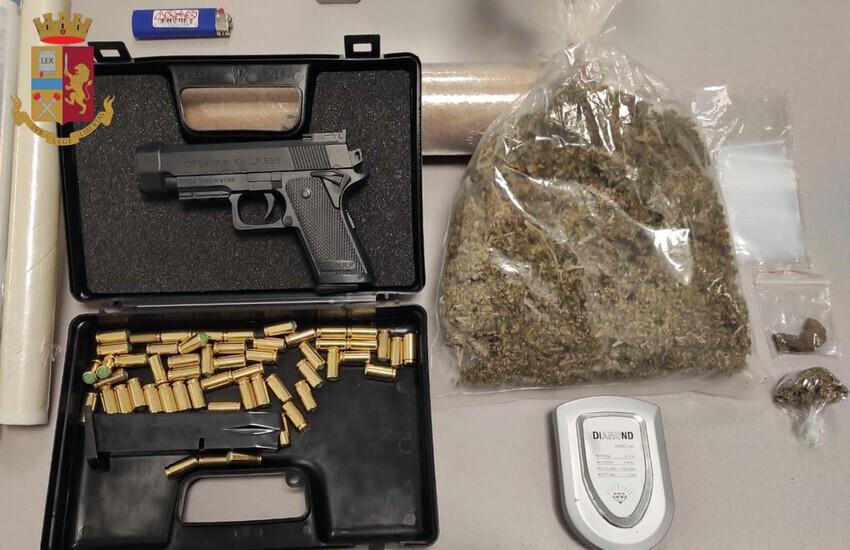 Casilino, tenta di rapinare una donna, in casa nascondeva stupefacente e una replica di pistola. Arrestato