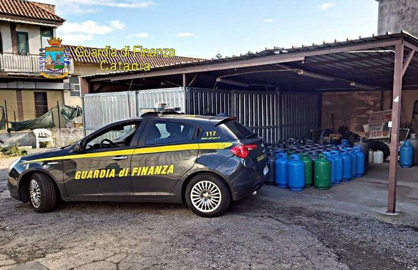 Giarre, Finanza sequestra 575 kg di bombole di gas. Denunciato il titolare dell'impresa