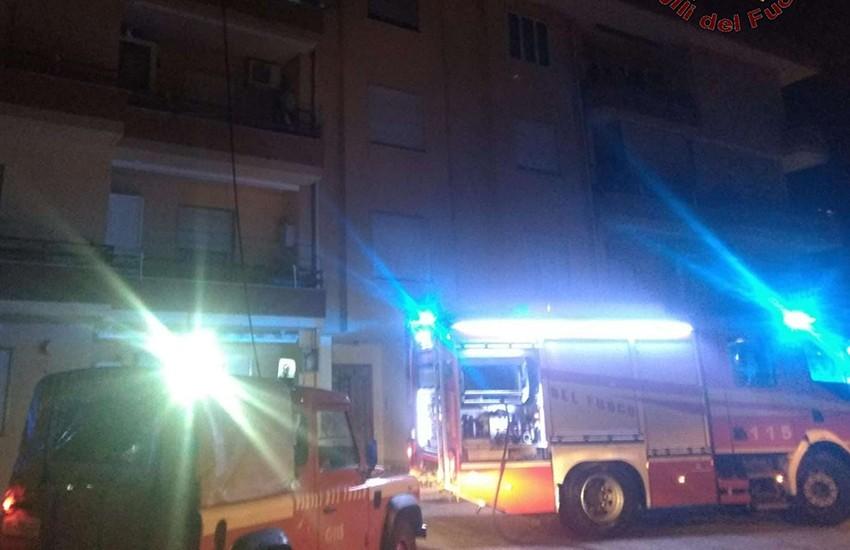 I vigili del fuoco spengono un incendio in un appartamento e salvano 2 persone in difficoltà