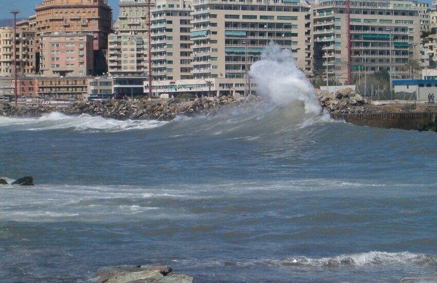 Vanno a vedere la mareggiata a Punta Vagno e cadono sugli scogli: 2 feriti al Galliera