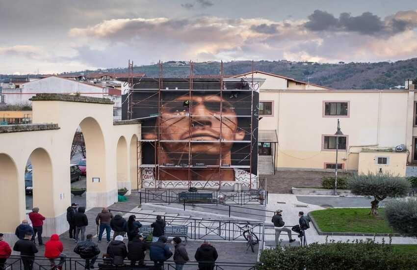 """Un nuovo murales gigante di Maradona a Quarto, la firma è di Jorit: """"Qui è casa mia"""""""