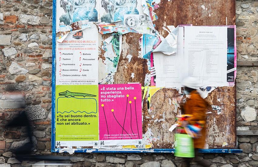 Città colorata da 100 manifesti dei bambini del Teatro Metropopolare