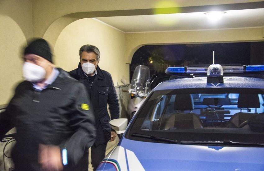 Tor Tre Teste, lancia dal balcone due sdraio e una sedia, arrestato 40enne romano