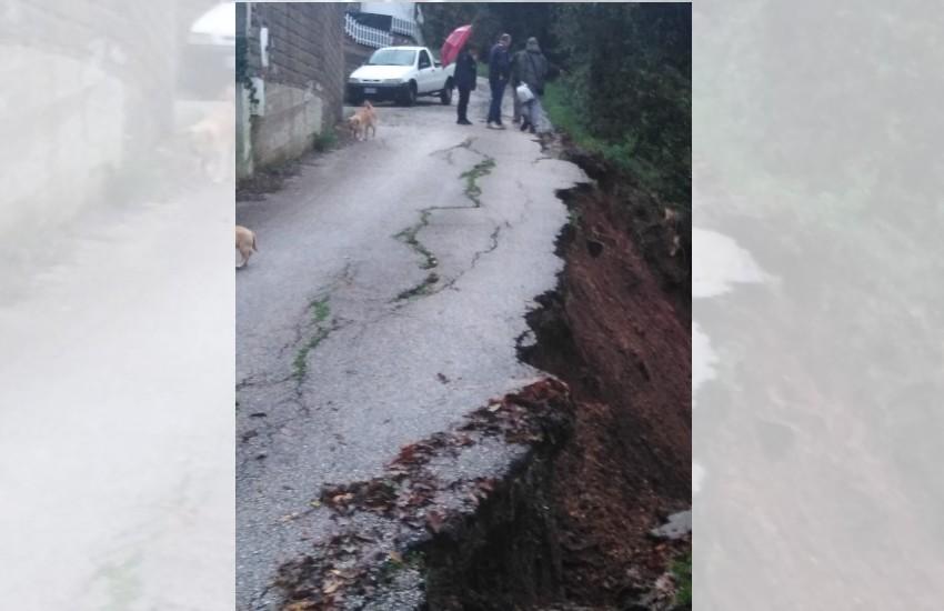 Sezze, la pioggia si porta via una strada in zona Casali
