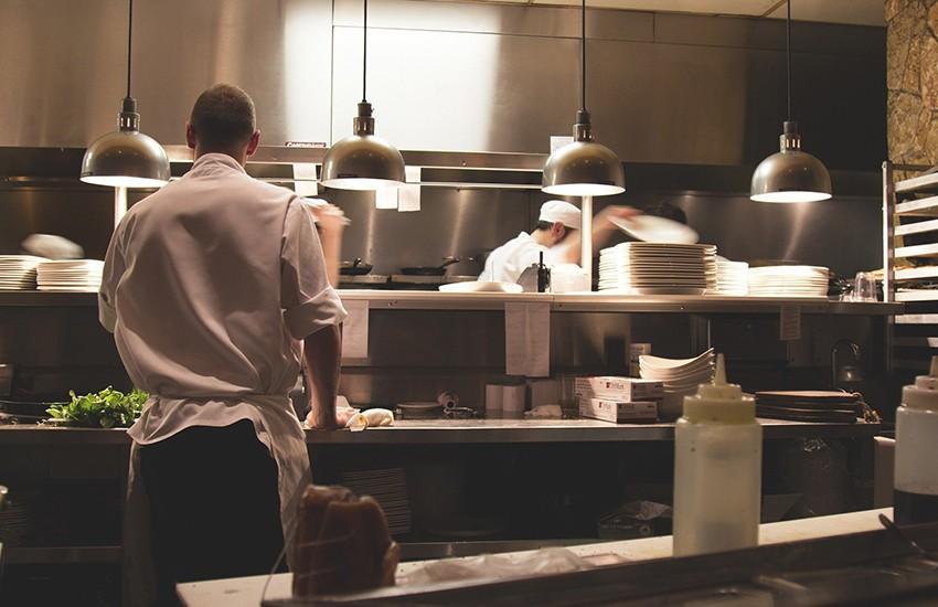 Il sindaco di Chiusano dispone l'apertura dei ristoranti e va in contrasto con De Luca