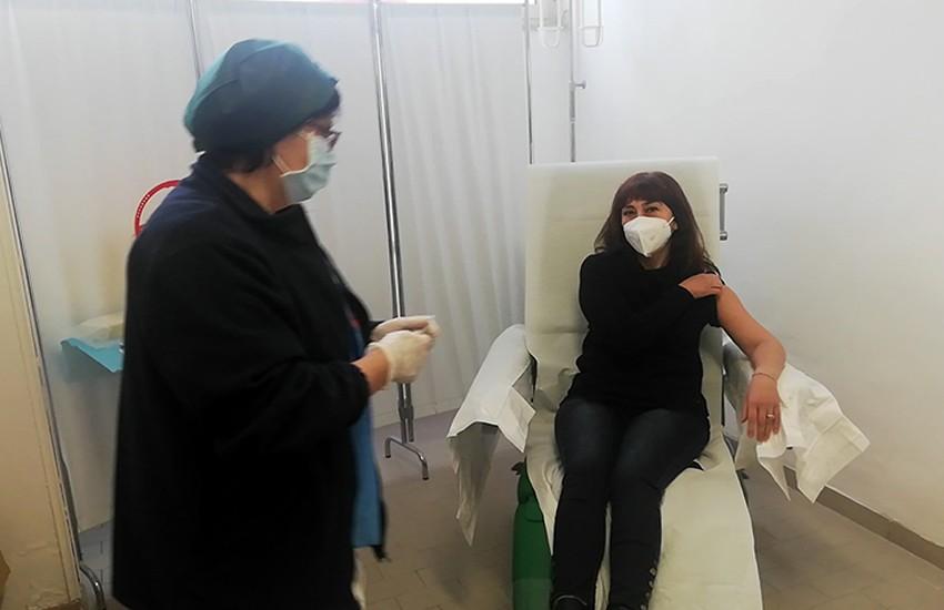 Vaccine day, a Caserta la prima vaccinata: un'infermiera del pronto soccorso