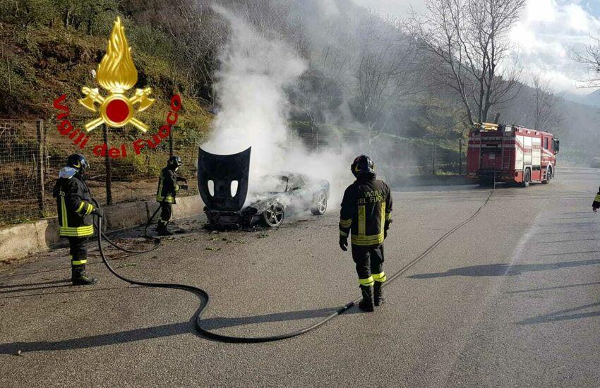 Natale di fuoco. Auto si incendia sulla Monteforte – Taurano