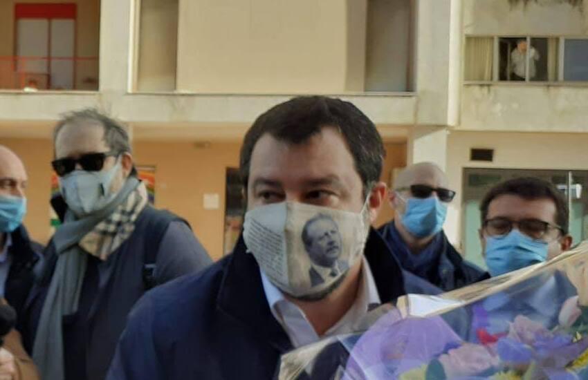 Salvini a Palermo: la mascherina con il volto di Borsellino divide il mondo politico
