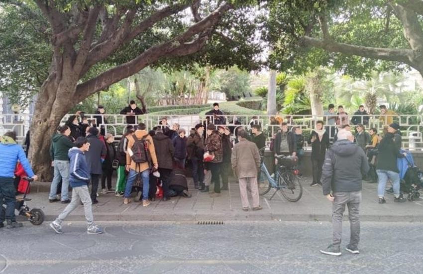 Villa Bellini, manifestanti senza mascherina e assembrati, multati