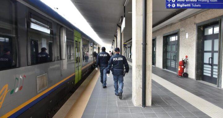 Senza biglietto aggredisce capotreno e poliziotti: arrestato pregiudicato tunisino