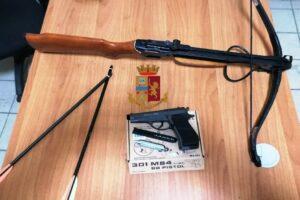 Scampia, minaccia il vicino con una balestra ed una pistola