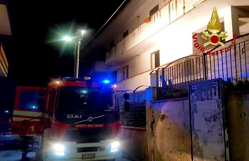 Un'intera famiglia lascia la sua casa per un incendio. Immediato intervento dei Vigili del Fuoco
