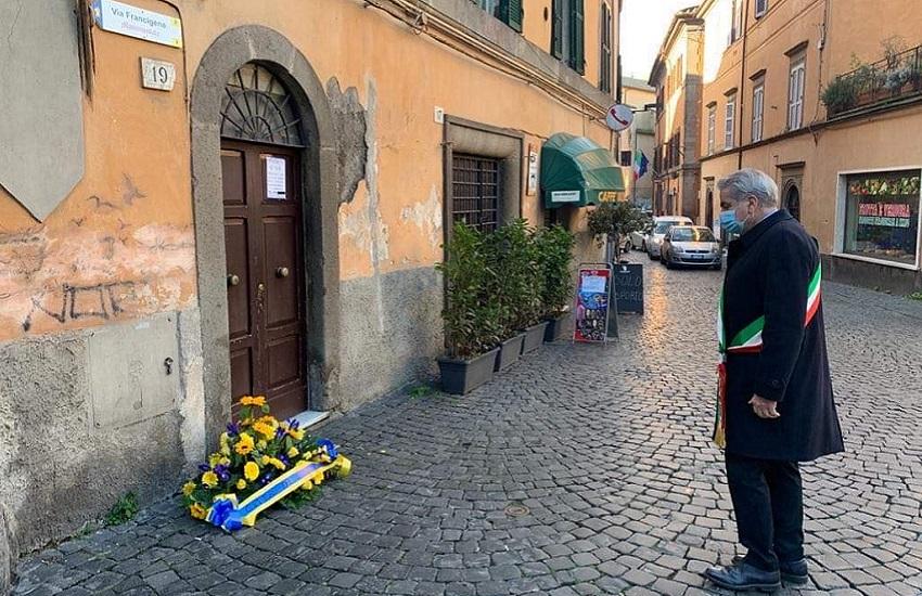 Giorno della memoria, Arena depone un cuscino di fiori