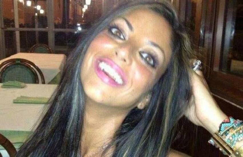 Tracce di DNA maschili sul foulard con cui si uccise Tiziana Cantone: ecco perché il caso può riaprirsi