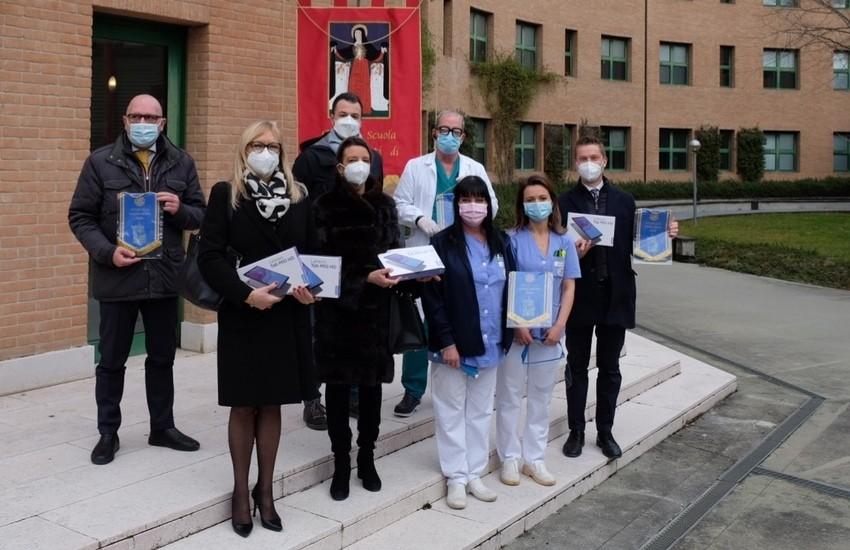 Rotary  dona 5 tablet all'Antica Scuola dei Battuti