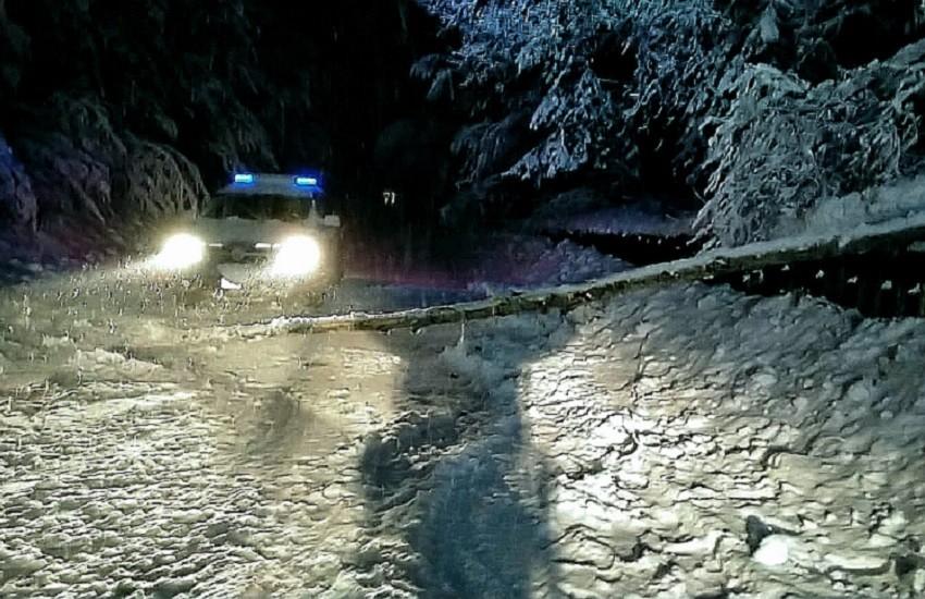 Ovindoli, furgone bloccato per la neve: la Polizia stradale soccorre l'autista e provvede al trasporto dei farmaci
