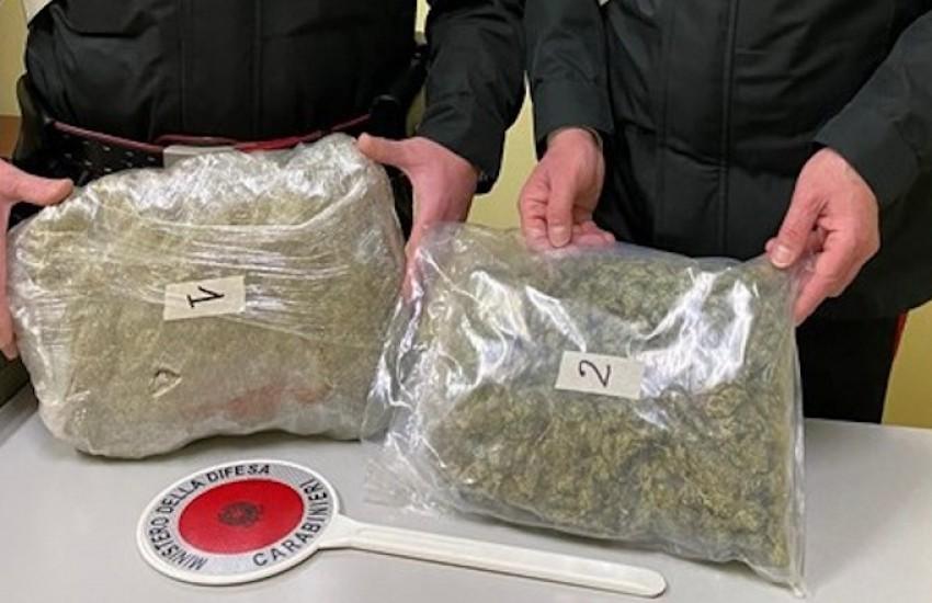 In auto e in casa con oltre 1,5 Kg di marijuana. Arrestato per spaccio 43enne