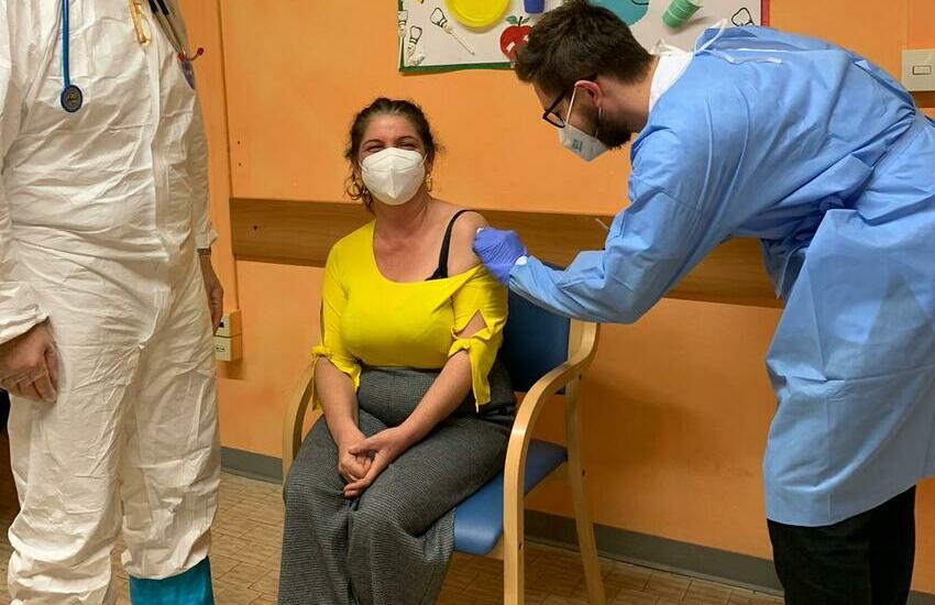 Formia, 'ruba' il vaccino covid alla donna che assiste: denunciata badante