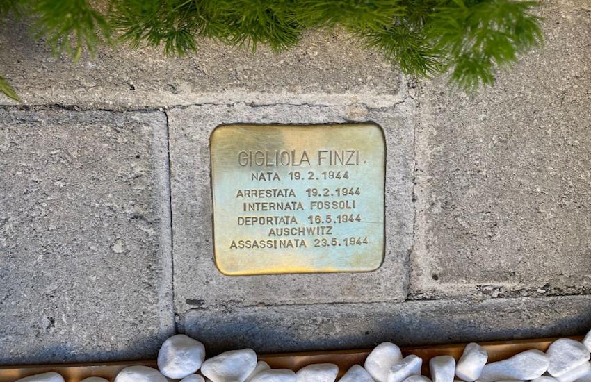Emozione di fronte alla pietra di inciampo per la piccola Gigliola Finzi uccisa a pochi mesi davanti ad Auschwitz