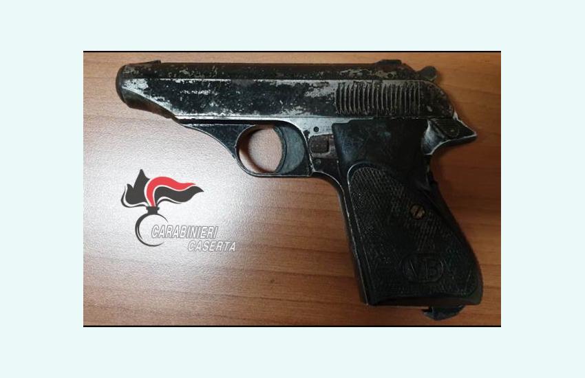 Chi cerca trova, nel comodino, una pistola semiautomatica calibro 7,65