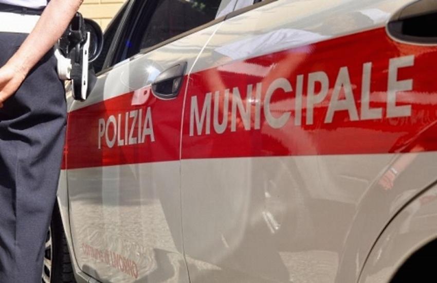 Passa col rosso su uno scooter rubato e senza patente: 5mila euro di multa e denuncia per una fiorentina di 22 anni