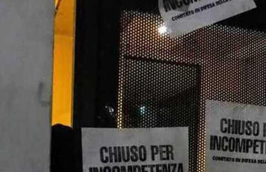 """Scuola, ufficio scolastico Lombardo, bloccato l'ingresso con catene e lucchetti: """"Chiuso per incompetenza"""""""