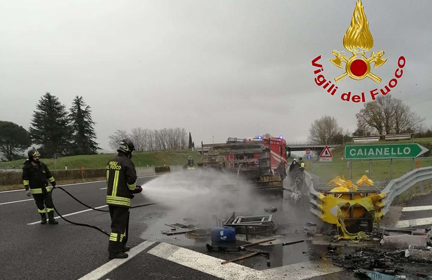 Fiamme in A1. Un furgone si incendia in autostrada. Momenti di tensione e disagi