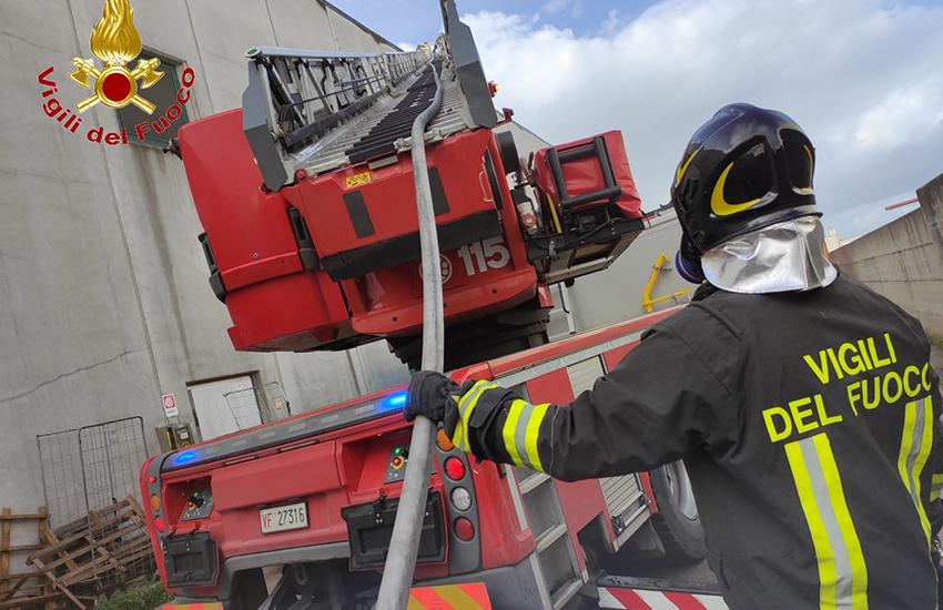 Teverola, vanno a fuoco i pannelli fotovoltaici della DHL nella zona industriale