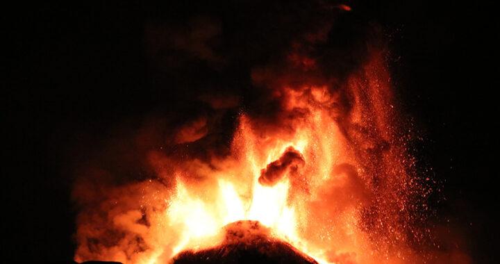 Etna, continua il suo show con il quinto parossisma in pochi giorni: caduta di cenere e getti di lava alti 1 km