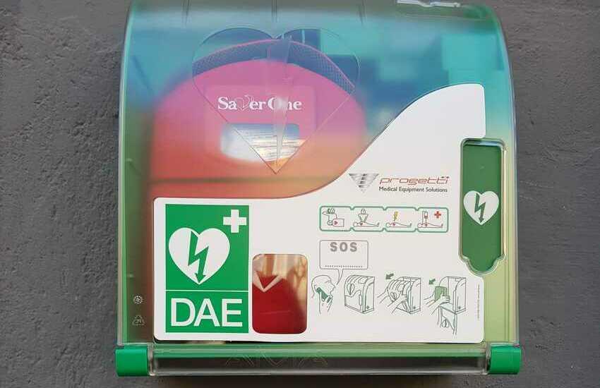 Un nuovo defibrillatore in piazza Bellini in sostituzione di quello rubato