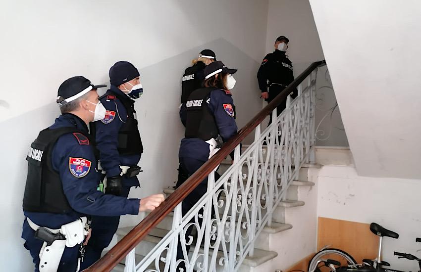 Sgomberato per motivi di sicurezza un edificio sugli Scali delle Macine, sei denunciati