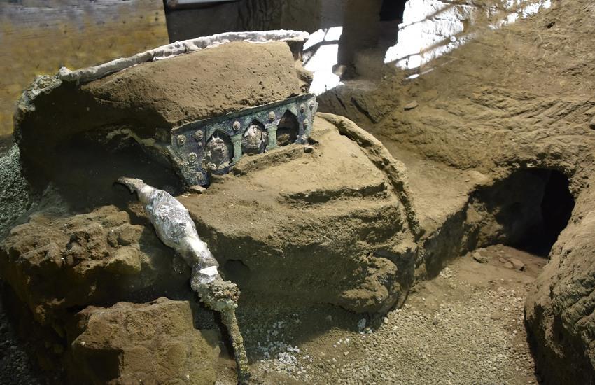 Grande carro da parata con decorazioni in bronzo e stagno, l'ultima straordinaria scoperta di Pompei