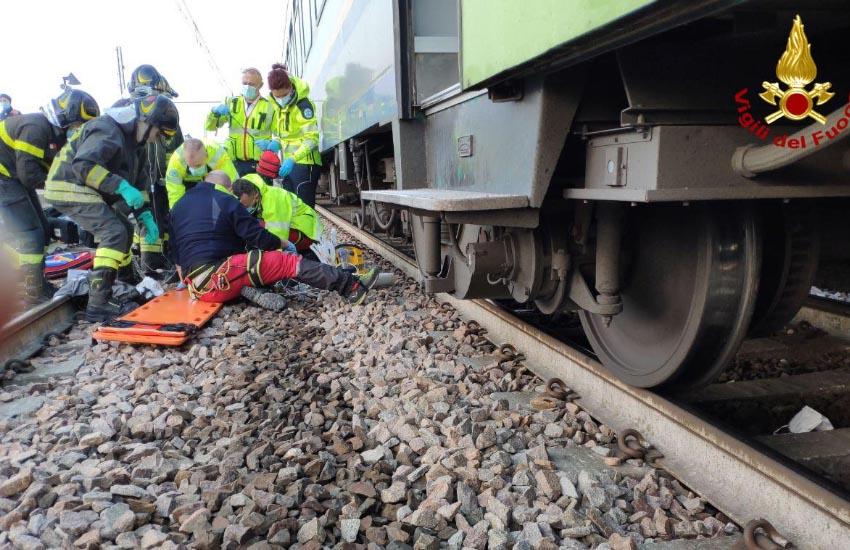 Preganziol, uomo sotto il treno estratto vivo e cosciente