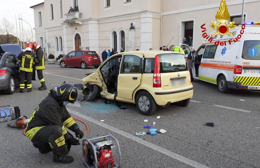San Zenone, scontro tra due auto. Anziana incastrata nell'auto elitrasportata in ospedale