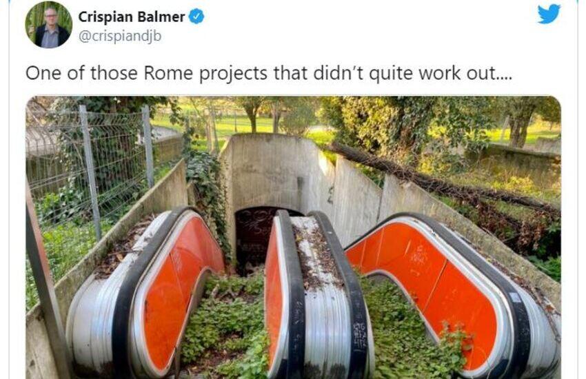 Scale mobili di Villa Borghese invase da piante: il tweet che indigna il mondo
