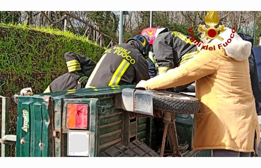 Viaggiano in Apecar che si ribalta. Coppia d'anziani salvati dai Vigili del Fuoco