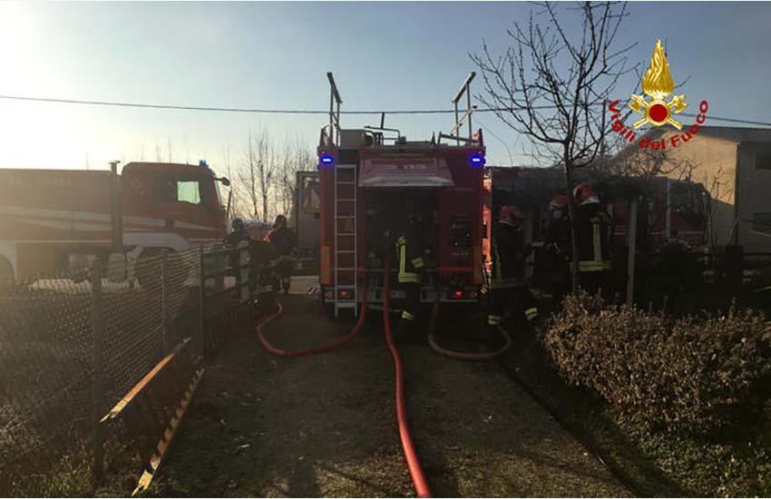 Grosso incendio divampa in una baraccopoli a Lusciano. Trovato un cadavere