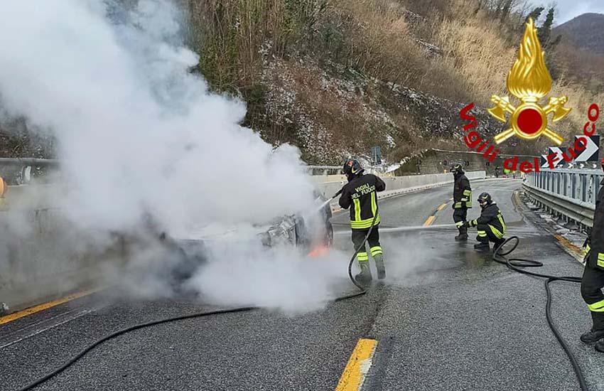 Le fiamme hanno avvolto un'auto che transitava in A16 sul viadotto Acqualonga