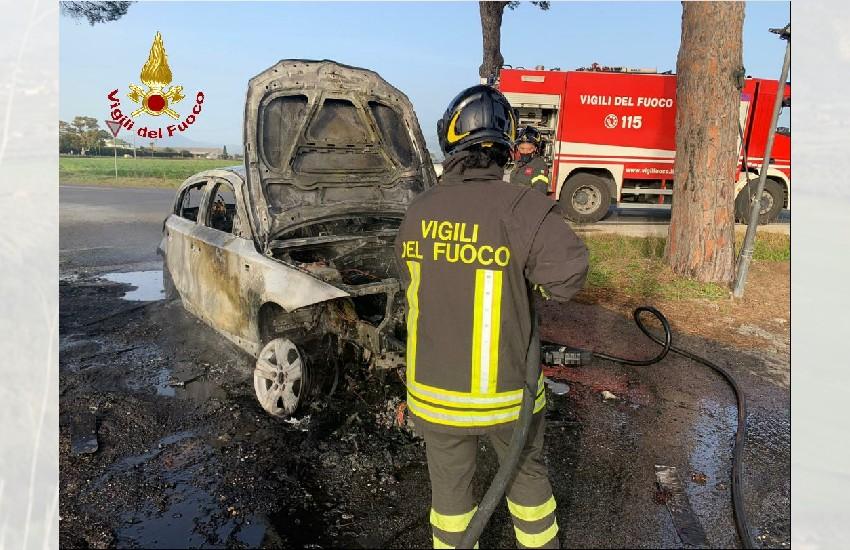 Latina, auto in fiamme al Lido: l'intervento dei pompieri