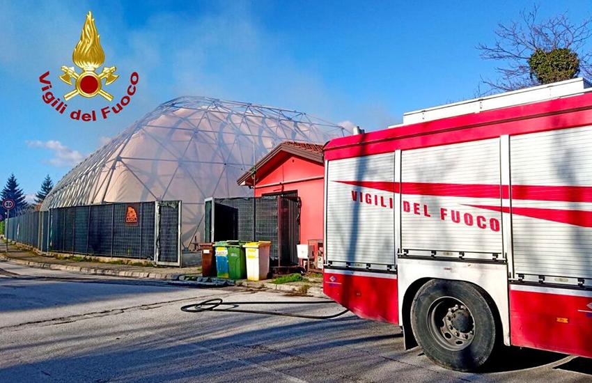 Atripalda, divampa incendio all'esterno di una struttura sportiva. Evitati danni peggiori