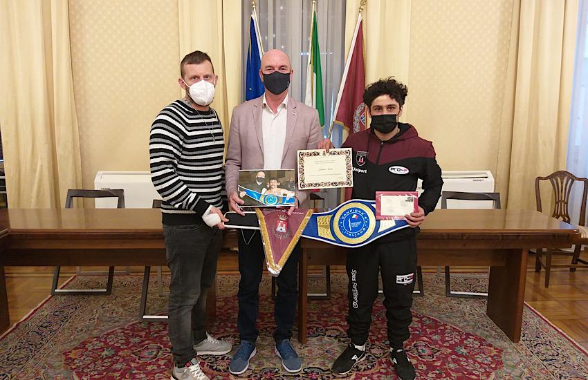 Il sindaco Luca Salvetti consegna una pergamena al livornese Jonathan Sannino neo campione italiano di pugilato della categoria Supergallo